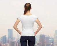 Mujer en camiseta blanca en blanco Imagen de archivo