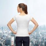 Mujer en camiseta blanca en blanco Imagenes de archivo