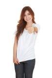 Mujer en camiseta blanca en blanco con los pulgares para arriba Imagen de archivo libre de regalías