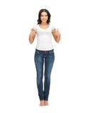 Mujer en camiseta blanca en blanco que señala en sí misma Fotografía de archivo libre de regalías