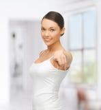 Mujer en camiseta blanca en blanco que señala en usted Foto de archivo