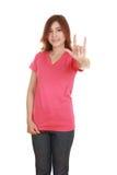 Mujer en camiseta con la muestra de la mano te amo Fotografía de archivo libre de regalías