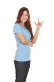 Mujer en camiseta con la muestra de la mano te amo Imagen de archivo