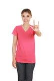 Mujer en camiseta con la muestra de la mano te amo Imagenes de archivo