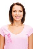 Mujer en camiseta en blanco con la cinta rosada del cáncer Imagen de archivo