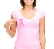 Mujer en camiseta en blanco con la cinta rosada del cáncer Imagenes de archivo