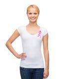 Mujer en camiseta en blanco con la cinta rosada del cáncer Fotografía de archivo