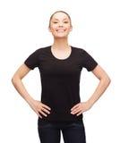 Mujer en camiseta negra en blanco Fotos de archivo