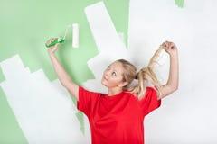 Mujer en camiseta roja con el rodillo de pintura Imagen de archivo