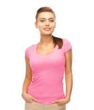 Mujer en camiseta rosada en blanco Fotografía de archivo