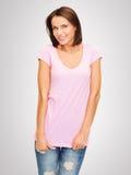 Mujer en camiseta rosada en blanco Imagen de archivo libre de regalías