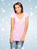 Mujer en camiseta rosada en blanco Foto de archivo