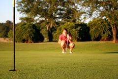 Mujer en campo de golf imagenes de archivo