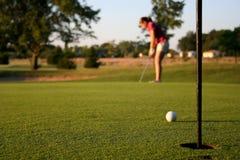 Mujer en campo de golf fotos de archivo