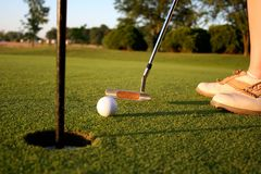 Mujer en campo de golf Imágenes de archivo libres de regalías