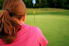 Mujer en campo de golf fotografía de archivo libre de regalías