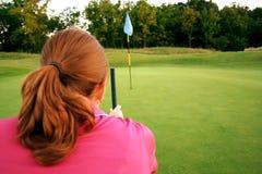 Mujer en campo de golf fotografía de archivo