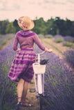 Mujer en campo de la lavanda imagen de archivo