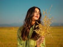 Mujer en campo de maíz Foto de archivo libre de regalías