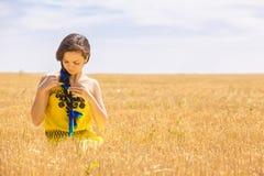 Mujer en campo de trigo Foto de archivo libre de regalías