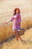 Mujer en campo de trigo Fotografía de archivo