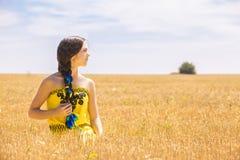 Mujer en campo de trigo Imagen de archivo