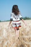 Mujer en campo en día de verano asoleado. Fotografía de archivo