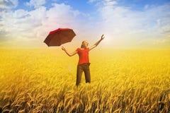 Mujer en campo - felicidad y libertad Fotografía de archivo libre de regalías