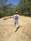 Mujer en campo herboso Fotografía de archivo libre de regalías