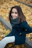 Mujer en capa del otoño Foto de archivo libre de regalías