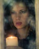 Mujer en capa negra con la vela fotografía de archivo libre de regalías