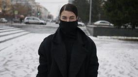 Mujer en cara de ocultación de la capa almacen de metraje de vídeo