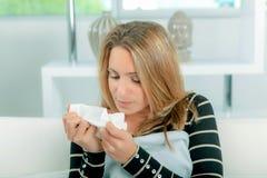 Mujer en casa con gripe Imagen de archivo