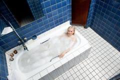 Mujer en casa de baños del estilo de los años 20 Imagen de archivo