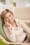 Mujer en casa en el teléfono Fotos de archivo