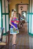 Mujer en casa pasada de moda Imagen de archivo