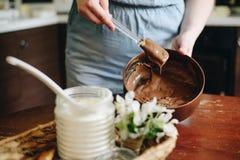 Mujer en casa que cuece la torta Imágenes de archivo libres de regalías