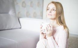 Mujer en casa que se relaja Foto de archivo libre de regalías
