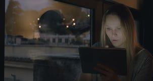 Mujer en casa usando el cojín para la charla video almacen de video