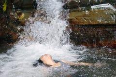 Mujer en cascada Fotografía de archivo libre de regalías