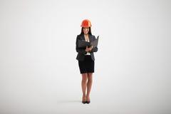 Mujer en casco del desgaste formal y de la construcción Foto de archivo libre de regalías