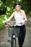 Mujer en casco en viaje de la bicicleta imágenes de archivo libres de regalías