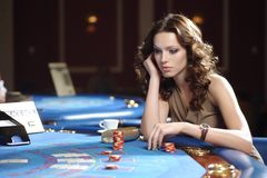 Mujer en casino imagenes de archivo