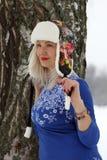 Mujer en casquillo de la piel Imagenes de archivo
