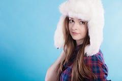 Mujer en casquillo de la piel de la ropa del invierno Fotos de archivo