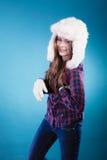 Mujer en casquillo de la piel de la ropa del invierno Imagenes de archivo
