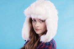 Mujer en casquillo de la piel de la ropa del invierno Fotografía de archivo