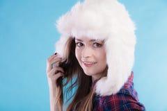 Mujer en casquillo de la piel de la ropa del invierno Fotos de archivo libres de regalías