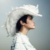 Mujer en casquillo de la vendimia Fotos de archivo
