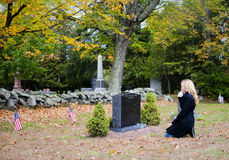 Mujer en cementerio Fotografía de archivo